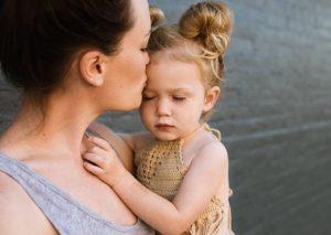 knuffel moeder kind